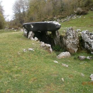 Ein sogenannter Dolmen, ein steinernes Denkmal, das oft als Grabstein gesetzt wurde