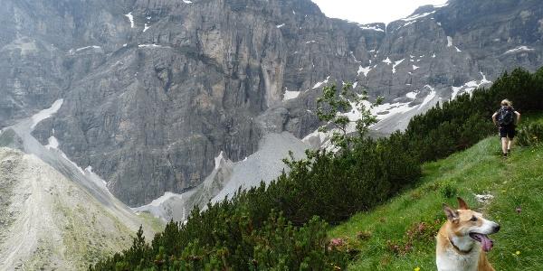 Eingerahmt von einer grandiosen Felslandschaft geht es hinauf zur Inneren Wildgrube.