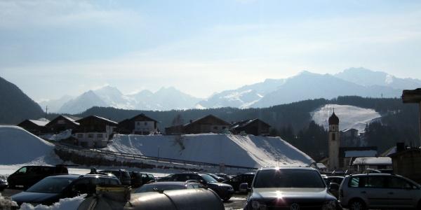 Start beim Parkplatz zur Schweinfurter Hütte im Dorfzentrum von Niederthai.