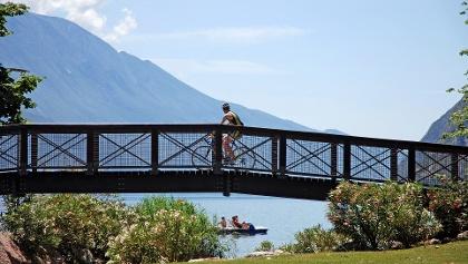 Die Seepromenade entlang (Riva del Garda)