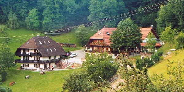 Vesperstube Bergbauernhof, urige Einkehr auf der ersten Weghälfte auf der Hahn-und-Henne-Runde in Zell a. H.
