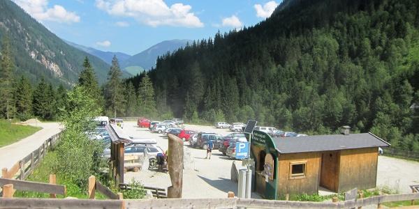Parkplatz Hopffeldboden mit Informationsstelle des Nationalparks.