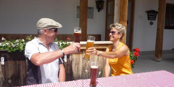 Angelika und Sepp beim Durstlöschen