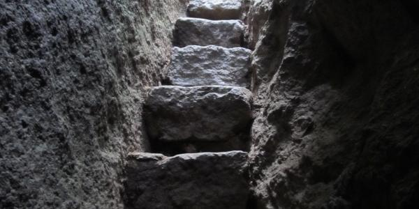 Steintreppe im Labyrinth