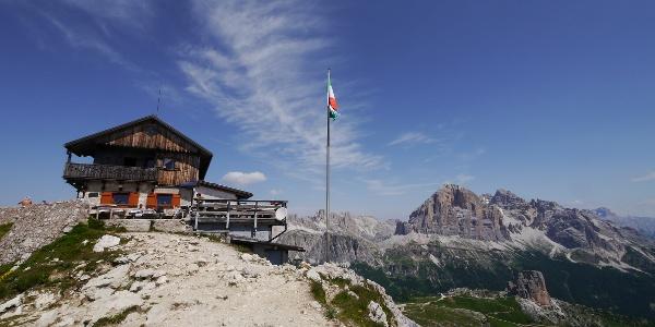 Das Rifugio Nuvolau, im Hintergrund die Cinque Torri