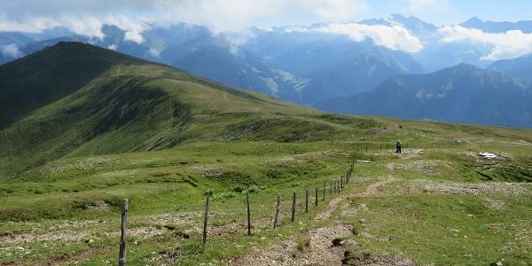 Blick zurück über den Aufstieg vom Nösslachjoch, rechts im Hintergrund der Olperer.