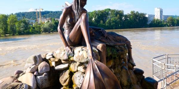 St.-Anna-Skulptur am deutschen Rheinufer