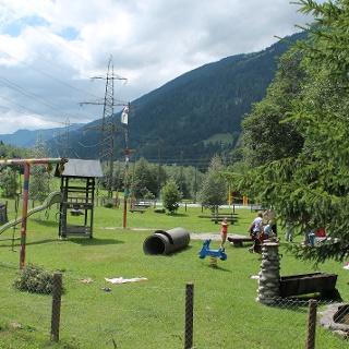 Feuerstelle und Spielplatz
