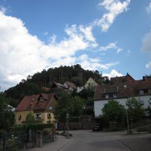 Ortsmitte Erfweiler, Aussichtspunkt Hahnfels. Der Waldpfad biegt hier rechts ab, der Felsenland Sagenweg führt oben vorbei.