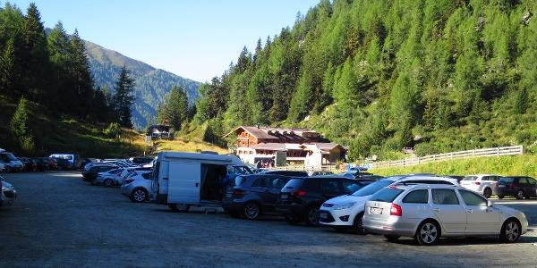 Gebührenfreier Parkplatz beim Lucknerhaus. Allerdings kostet die Mautstraße zum Lucknerhaus  € 10.-