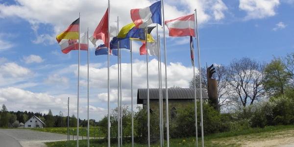 """Europafahnen vor der Kapelle """"Maria, Mutter Europas"""""""