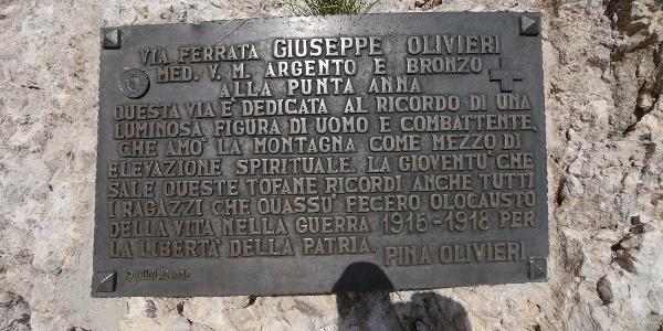 Tafel am Einstieg des Klettersteigs Guiseppe Olivieri