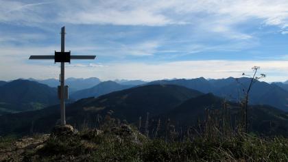Gipfelkreuz Lindaumauer mit Gesäuse und Ennstaler Alpen