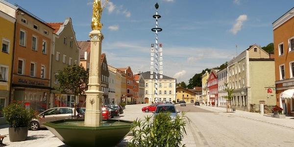 Marktplatz mit Marienbrunnen in Tann