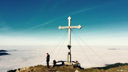 Hirschberg Gipfelkreuz - Dem Nebel entflohen