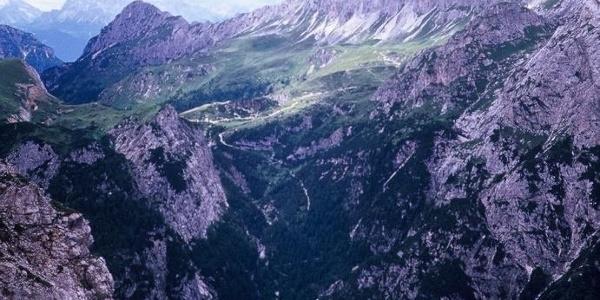 Il vallone del rio della Miniera e più in alto l'altopiano di Olbe