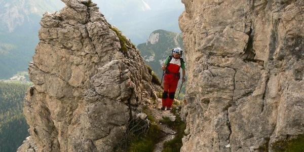 Un curioso passaggio tra le rocce nella parte alta del sentiero