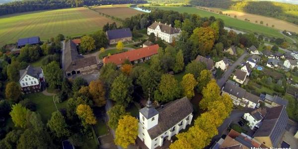 Weserhöhen Kirche mit Schloss Wehrden