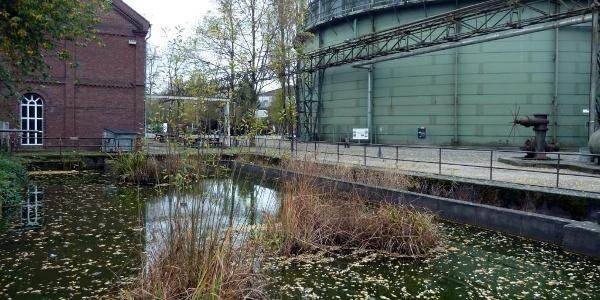 Teich mit Tauchgasometer
