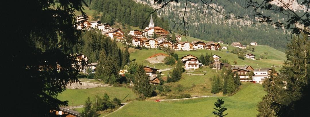 Blick auf die Kreuzspitze (links) und Wengen im Gadertal