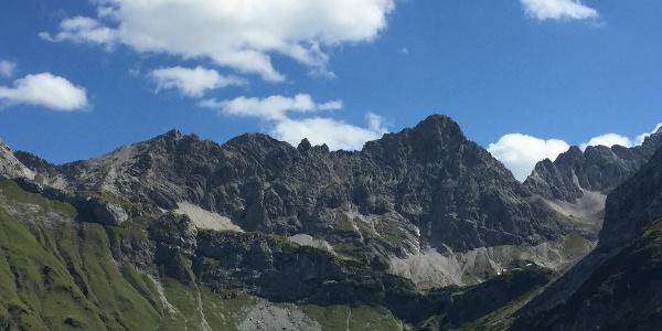 Blick auf die Fuchskarspitze mit Nordgipfel, Madonna und Südgipfel (von links)