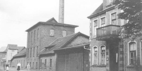"""Das ehemalige Fabrikgebäude der """"Vehrter Schwarzkreidewerke"""" um 1930"""