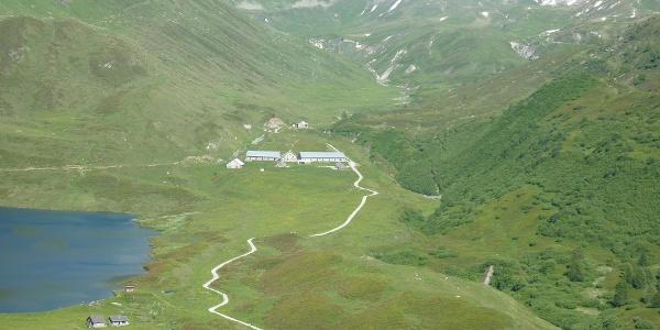 Blick ins Val Piora mit Alpe di Piora und Capanna Cadagno