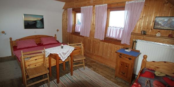 Zum Übernachten stehen mehrere liebevoll eingerichtete Zimmer zur Verfügung