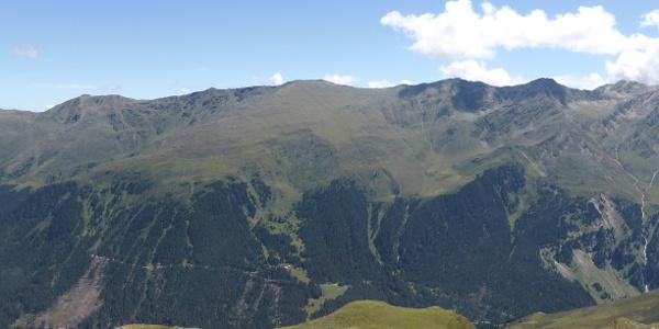 Blick von der gegenüberliegende Talseite auf Roter Kogel, Sömen und unterhalb Alfinger Alm