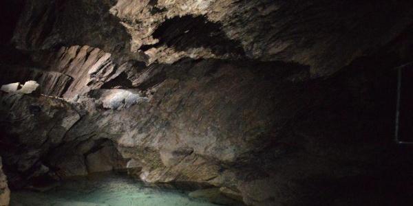 Glasklare Seen in der Tropfsteinhöhle