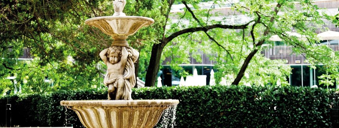 Brunnen parkseitig der Therme
