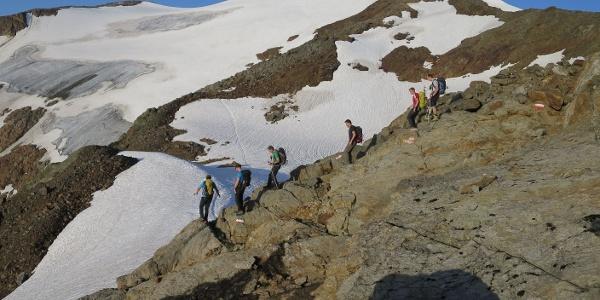 Kurzer Abstieg, links der Grüblferner.