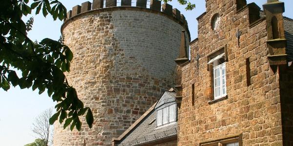 Der Turm der Burg Ravensberg wurde gemauert aus dem Sandstein des mittleren Teutokammes