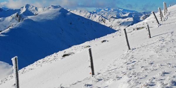 Hohenwart und Eiskarspitz links (davor der Jauriskampl), Dachstein rechts (in Wolken)
