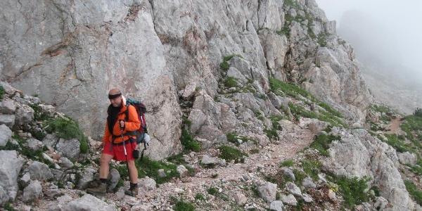 Vorbei geht's an den Südwänden des Trogkofels auf italienischer Seite