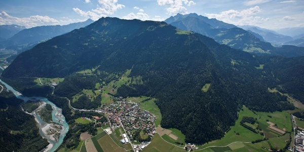 Blick auf Rhäzüns mit der Rhäzünser Alp oberhalb