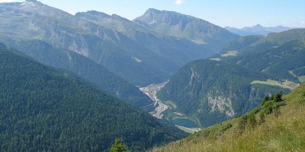 Blick nach Obernberg vom Bergrücken aus