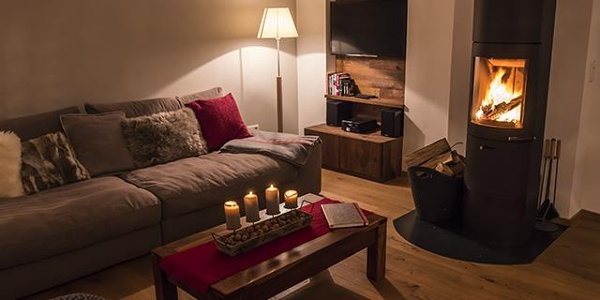 Wohnzimmer mit offenem Kamin