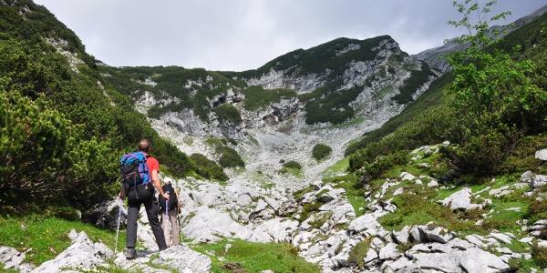 """Der """"Felsensteig"""" unterhalb der Knorrhütte - Schöner im Aufstieg als der rechts gelegene """"Sonnensteig"""", der durch Schuttgelände führt"""