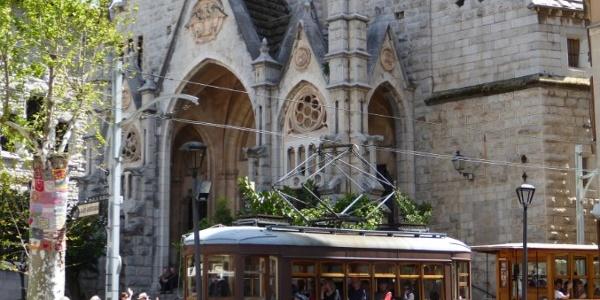 Kirche in Soller mit Straßenbahn