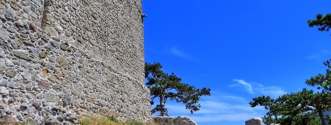 Die Burg Mödling oberhalb des Mödlingbachtales