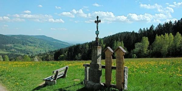 Totenbrettgruppe am Weg nach Grün