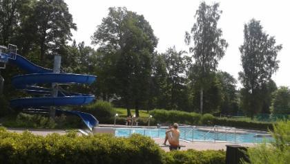 Große Wasserrutsche mit flachem Becken.