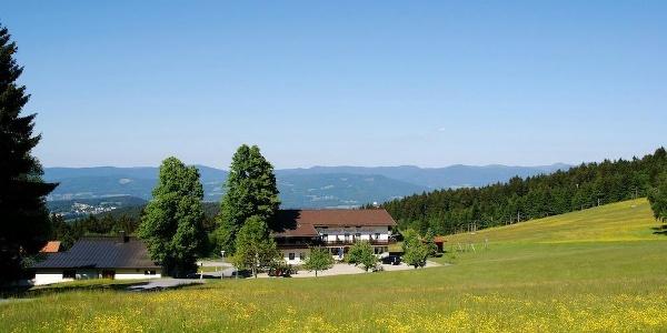 Blick über Markbuchen auf den Bayerwald-Hauptkamm