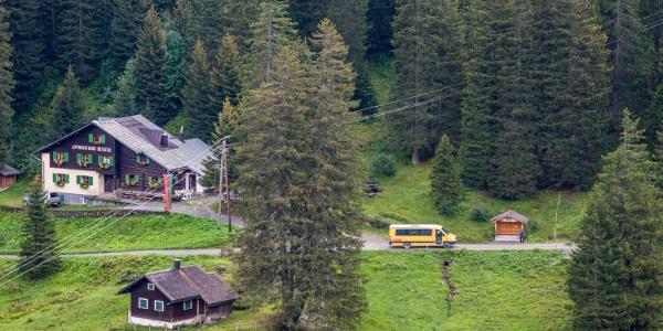 Bushaltestelle und Alpengasthof Rellstal