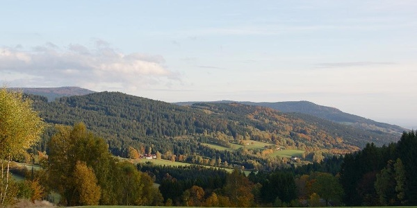 Fernsicht vom Weg nach Maibrunn zu Hirschenstein und Schopf