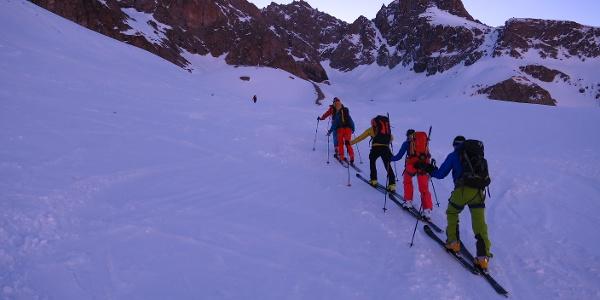 Kurz vor der Einmündung in den Kessel des Glacier Tuckett. Durch das Kar ganz rechts gelangt man zum Col du Monetier (3339 m)..