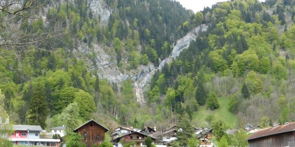 Blick von der Hauptstraße zum Wasserfall hoch
