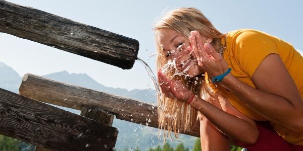 Erfrischung am Brunnen