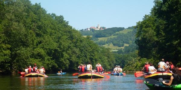 Schlauchboottour auf der Saale unterhalb der Leuchtenburg